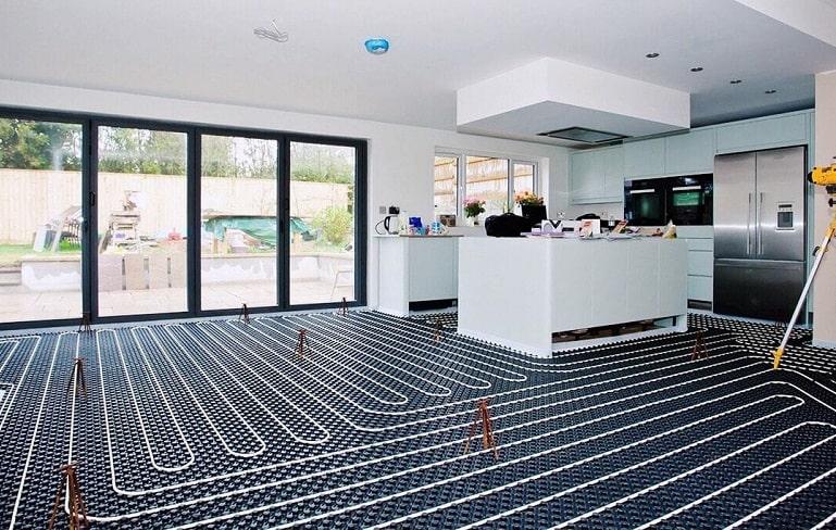 Водяной теплый пол под мебелью на кухне